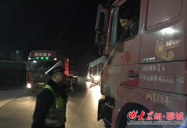 """凌晨5点 聊城开发区交警查获8辆""""百吨王"""""""