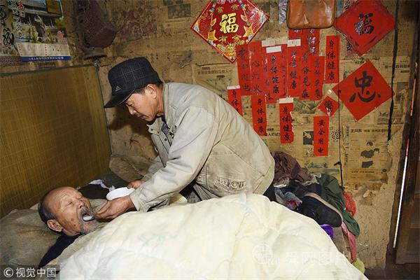 山东日照:孝子照顾患重病父母30余载 如今跪着给91岁父亲喂饭