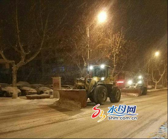 风雪围城 市区两级环卫部门通宵达旦清雪除冰保畅通