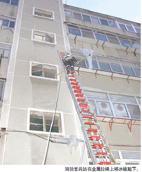 真悬!潍坊一小区楼顶太阳能漏水 四楼窗外挂冰锥