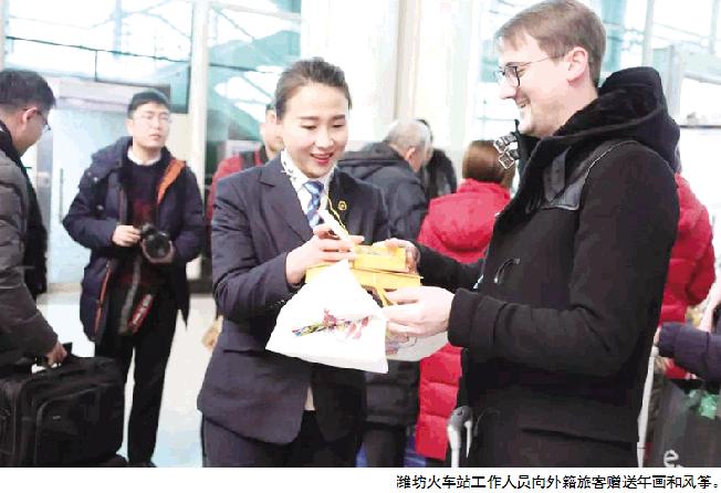 """""""情满春运·爱在潍坊""""活动在潍坊火车站举行"""