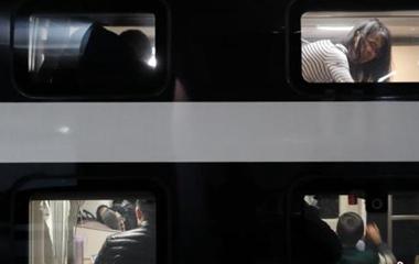 """新型双层卧铺动车投入春运 一铺一包堪称""""移动宾馆"""""""