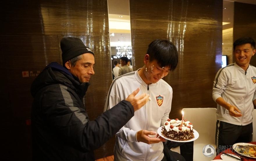 权健小将生日索萨亲送蛋糕 全队温馨祝福