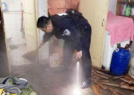家中无人又漏水木地板全泡 齐都民警冬夜急救助