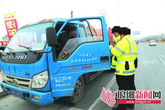 临沂经开区交警整治货车违法行为 确保道路安全