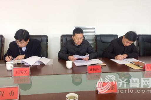 中间是乔庄镇党委书记刘振国进行自我批评 左1为博兴县委常委领导在听