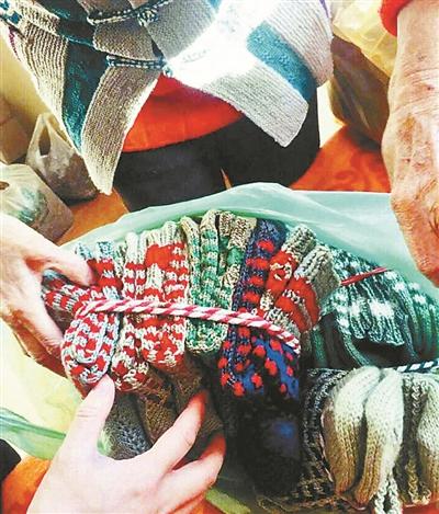 """天津八旬奶奶织90双毛袜送交警 """"爱心编织""""坚持7年"""