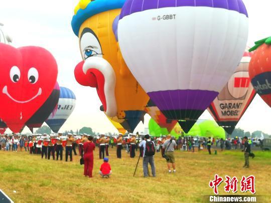 """菲律宾克拉克办国际热气球节上演""""万物飞行"""""""