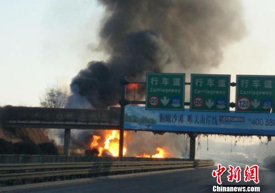 京哈高速河北境内发生交通事故 致6人轻度烧伤