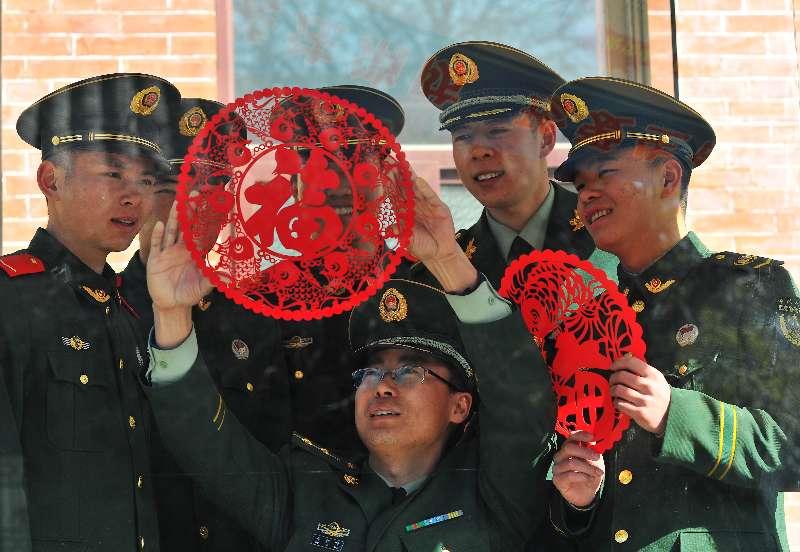 军营欢喜过大年 贴窗花、舞龙别样精彩