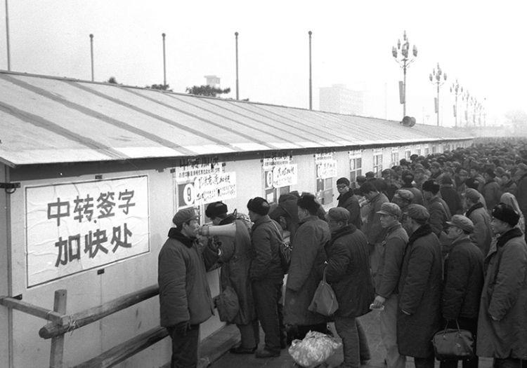 北京火车站:40年光影里的春运记忆