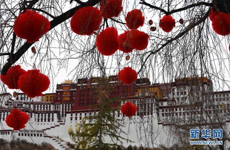 布达拉宫广场盛装迎接新年(组图)