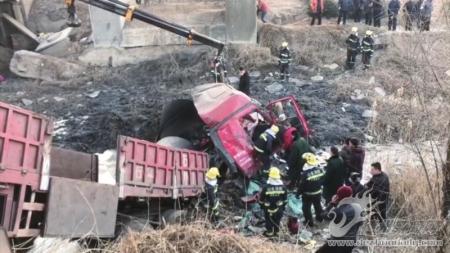 货车冲出桥梁司机深陷泥潭 消防官兵徒手挖泥将其救出