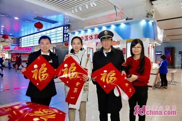 中国山东网网络文化走基层活动走进济南火车站