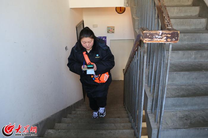 【家国网聚·网络旺年】煤气抄表员的一天:爬楼200层?常吃闭门羹