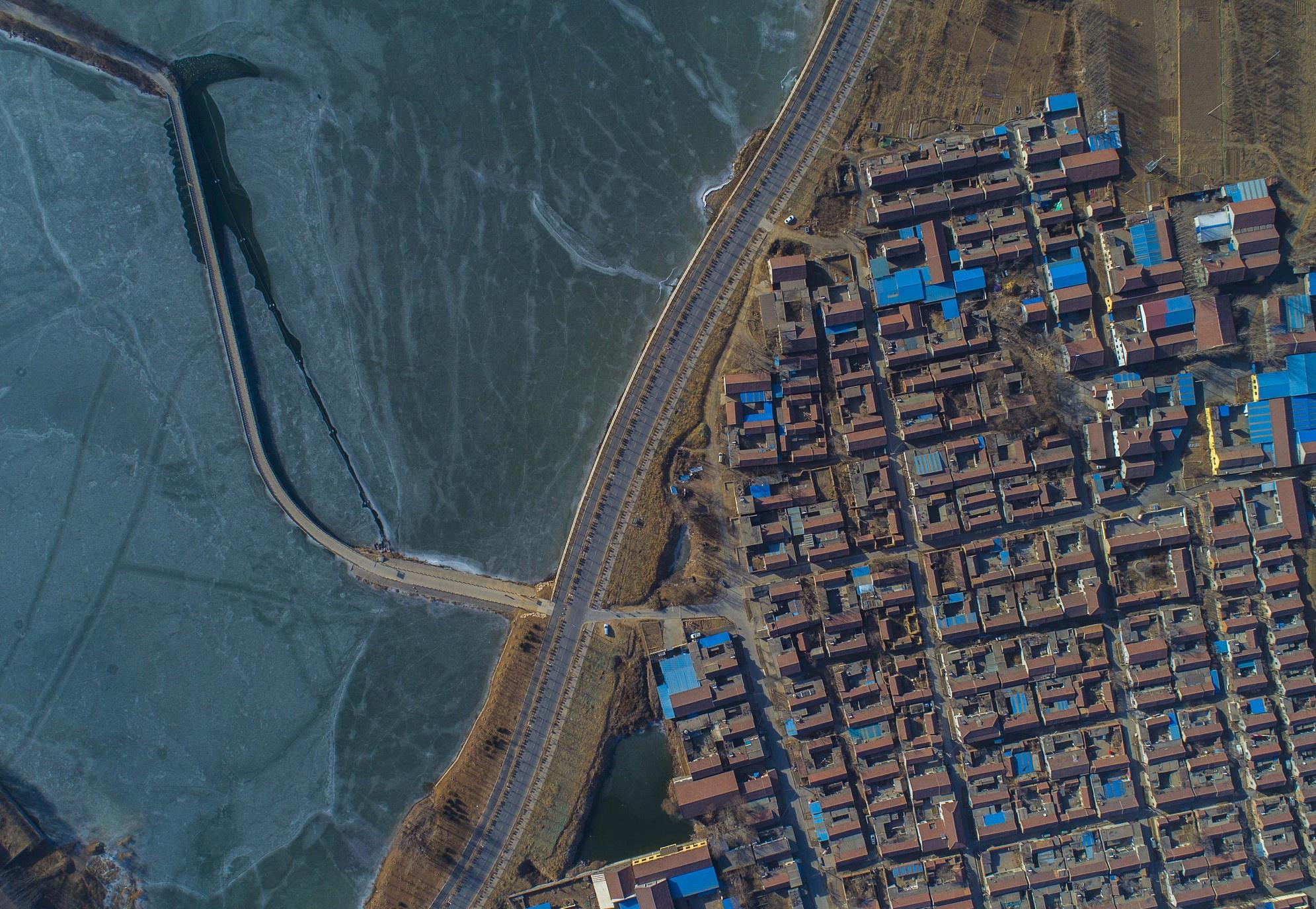 航拍淄博文昌湖 桥体蜿蜒曲折村庄宛如积木