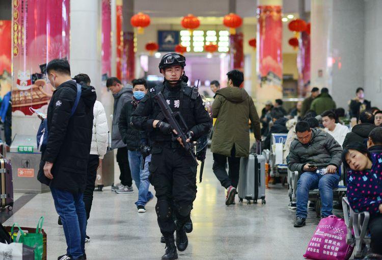 淄博火车站候车大厅 特警队员为旅客安全值守