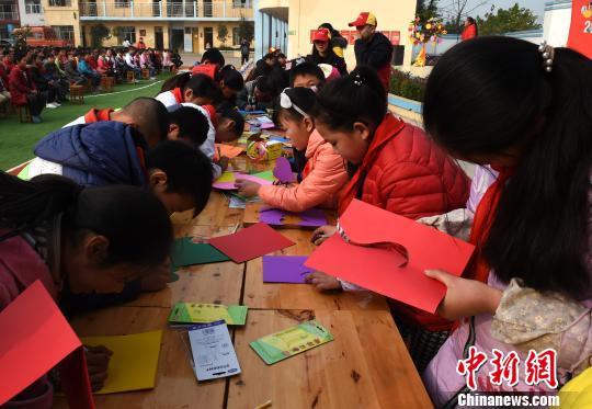 广西留守儿童新年愿望:父母回乡工作