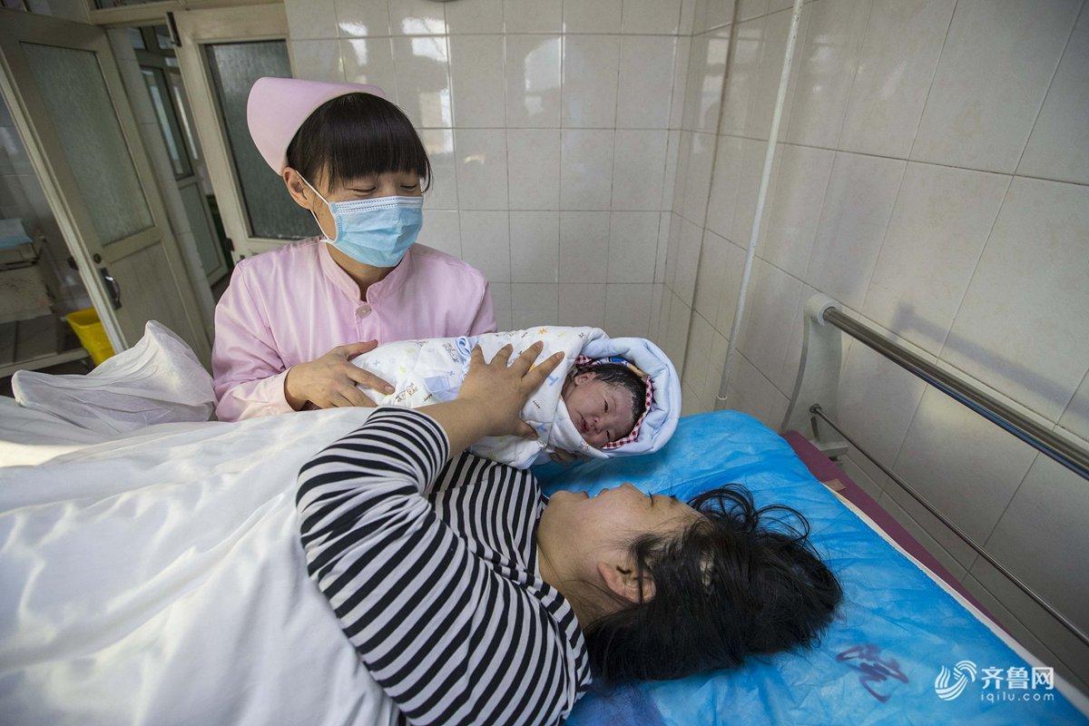 大年除夕,上午9时30左右,济南市济钢医院妇产科产房内护士把刚刚出生图片