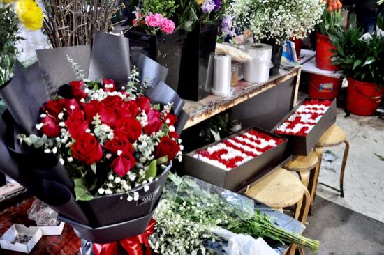 情人节遇春节济南街头:玫瑰销量减五成 年宵花大受欢迎