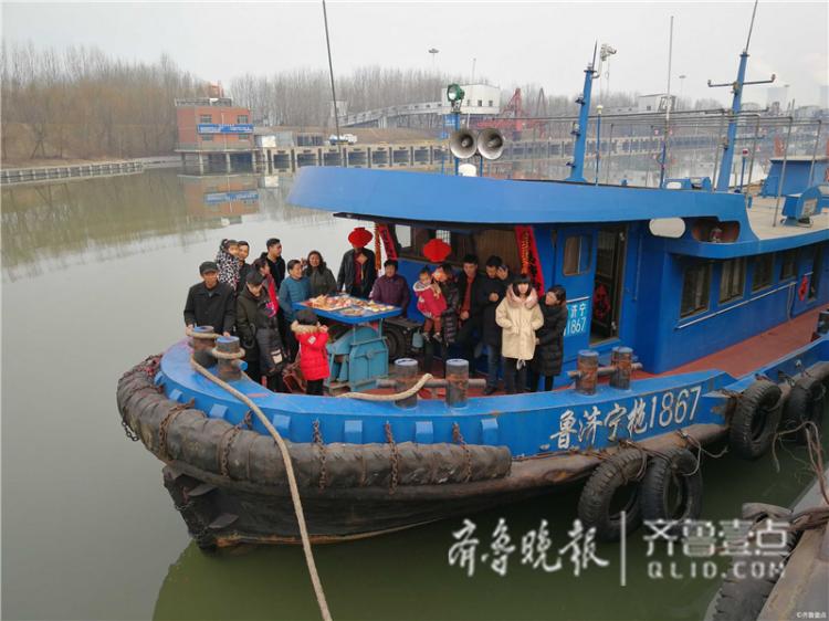 情报站|济宁跑船人的春节:女儿一吻融化船长爸爸的心