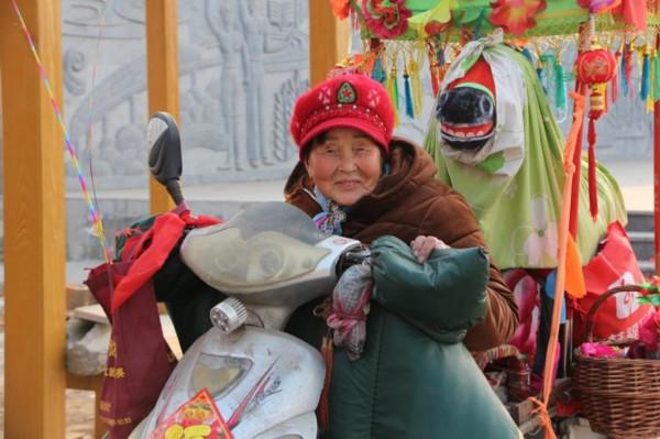 """74岁""""女孙悟空""""的春节:为乡亲们献上一台精彩演出"""