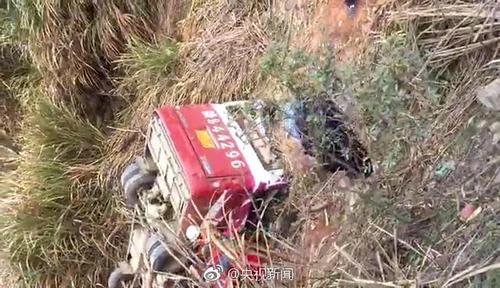 江西赣州一客车转弯下坡时翻入深沟 造成10人死亡