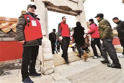 """""""地坛老人儿""""春节一天巡园2万步 守护庙会33年"""