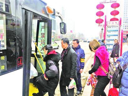 青岛市民拜年选择绿色出行 低碳过年成新风尚