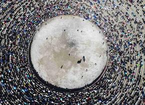 彝族传统斗牛活动吸引上万群众聚集观看