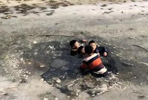 临沂一农民冰窟窿救出3名落水儿童,历时20多分钟