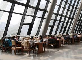 济南图书馆内读者络绎不绝 过完年忙充电