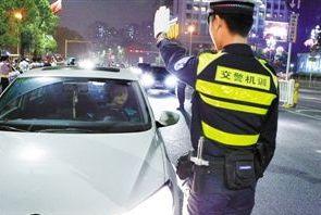男子酒驾还对着监控摆剪刀手 撞车后喊父亲顶包