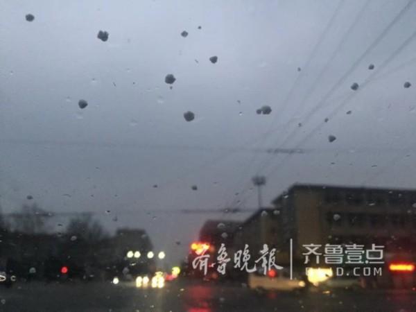 济南迎来大风降雪 一夜间气温骤降如同换季