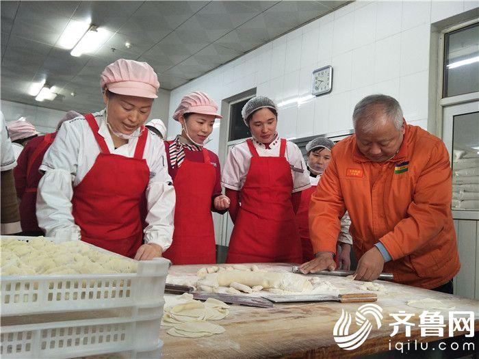 9  鲁西集团党委书记 董事长张金成和餐厅员工一起擀面皮包水饺2