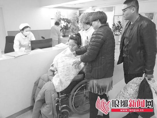临沂产妇医院门口临盆 众人围成人墙当临时产房