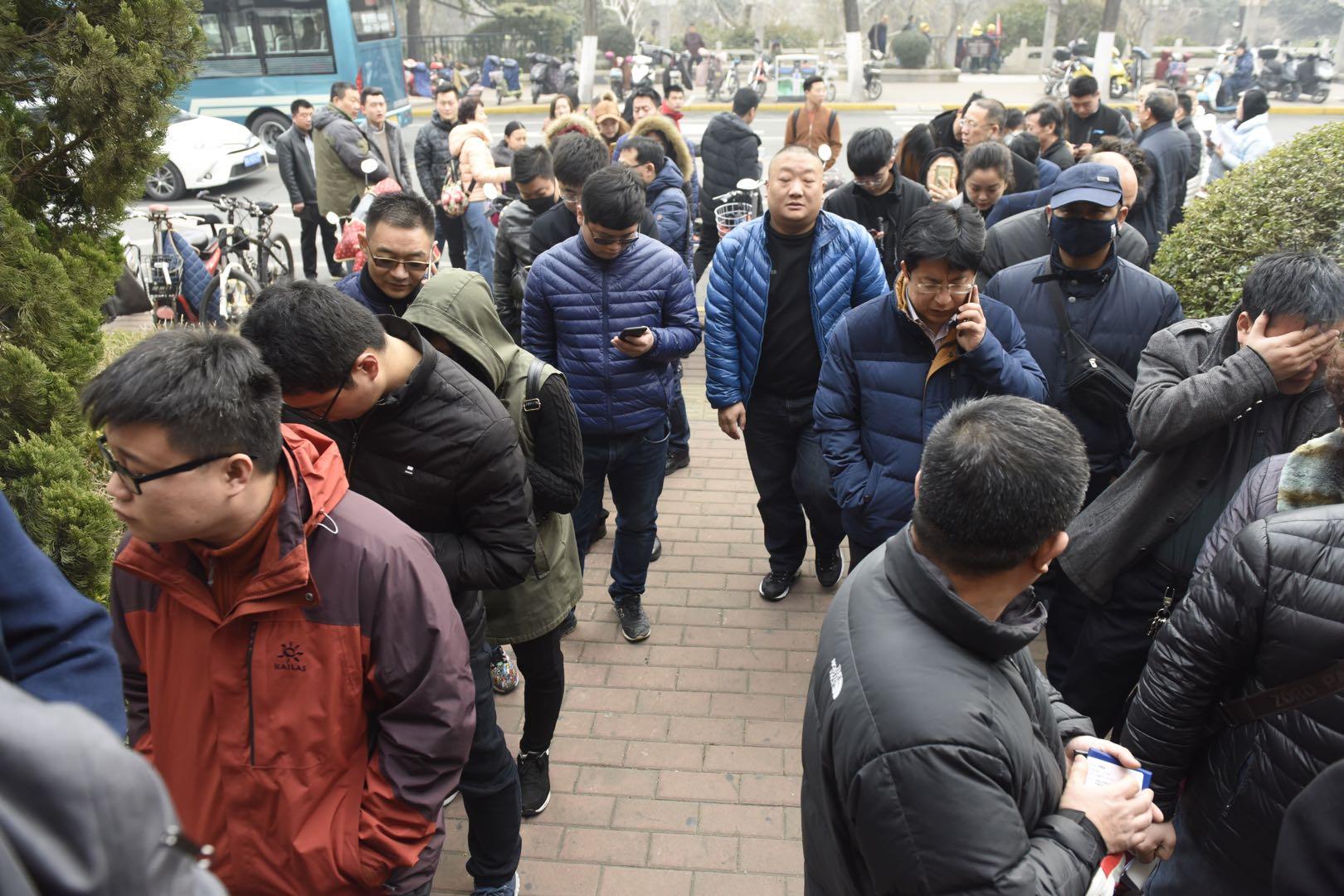 交警提醒人工窗口流程无变化 市民仍扎堆排长龙