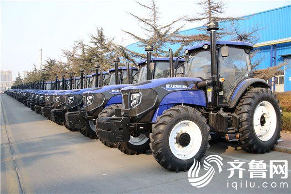 厂区内摆放整齐的拖拉机