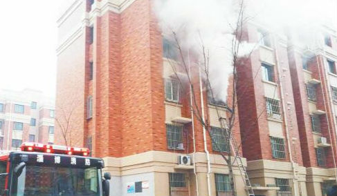 张店一居民楼起火 浓烟弥漫致一人受伤
