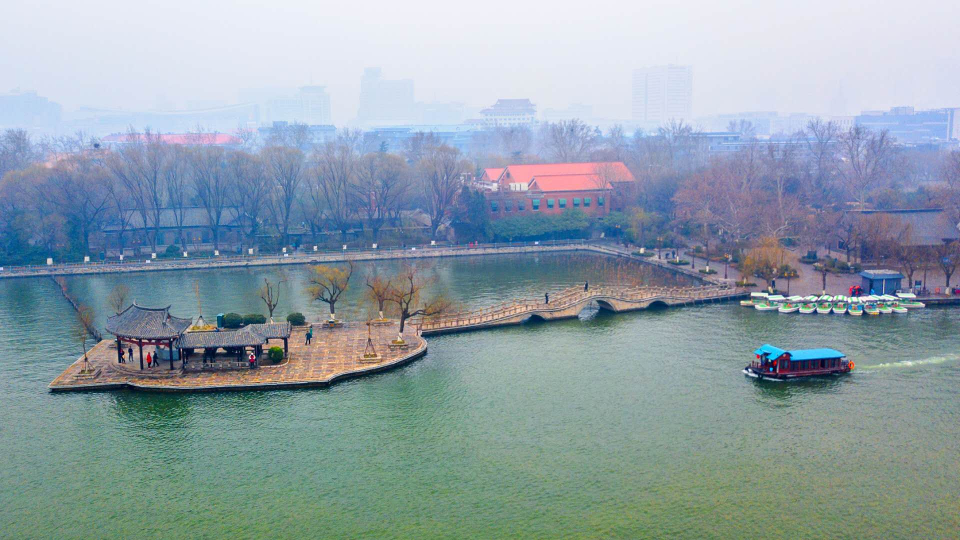 飞吧山东丨鸟瞰大明湖春雨朦胧 烟柳翠绿美如画