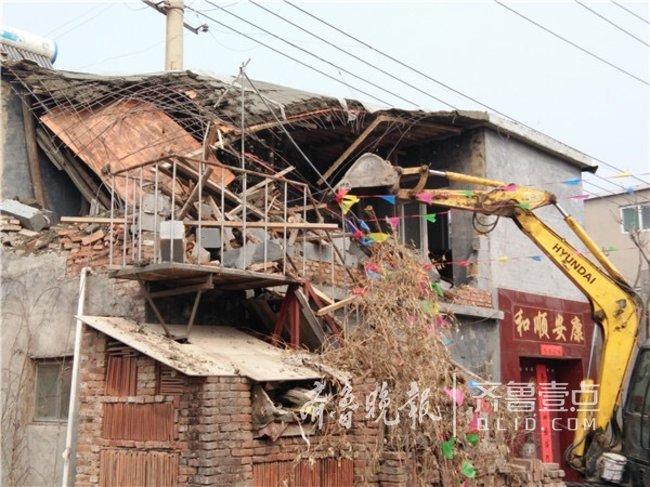 济南泺口片区冻结后有人突击加盖,城管发现当即强拆