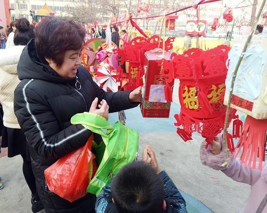 聊城:赏花灯煮汤圆 幼儿园里欢欢喜喜闹元宵