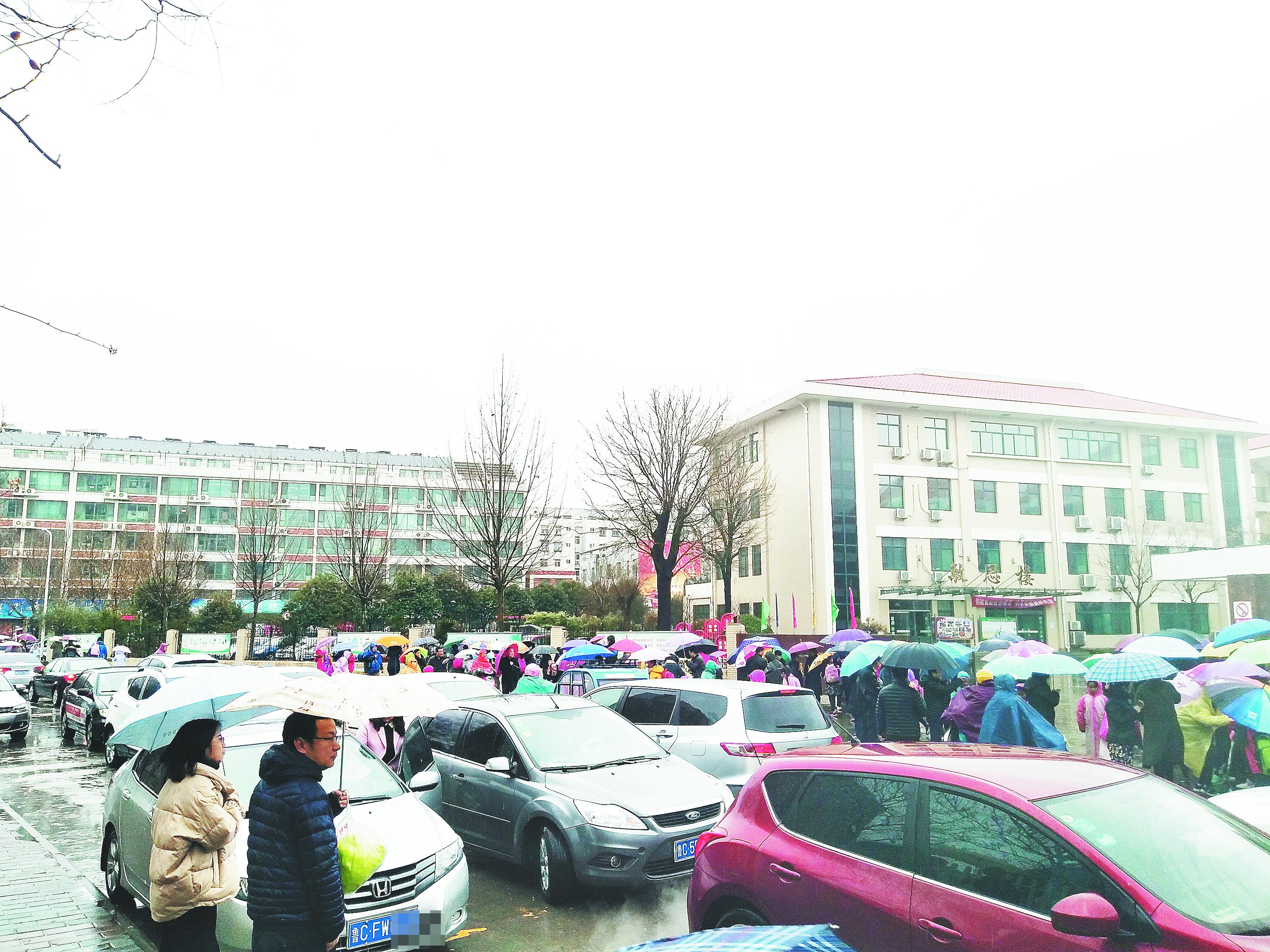淄博开学首日雨纷纷 学校门前有点堵
