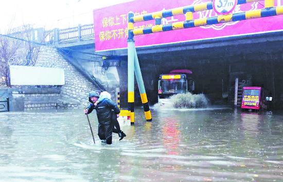 周村一桥下积水困住三轮车 安保员救出女大学生