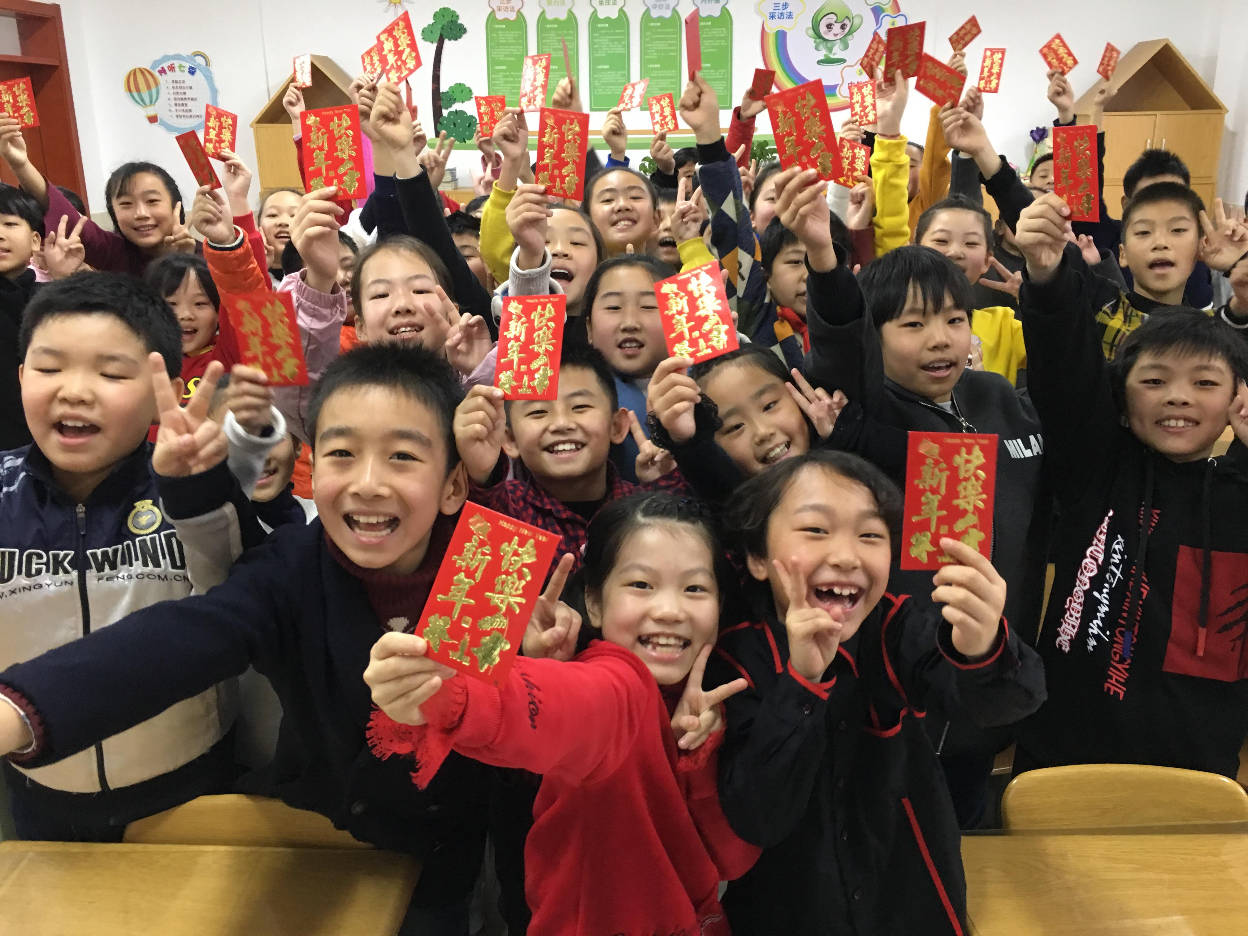 """开学首日 淄博这所学校老师给学生发""""红包"""""""
