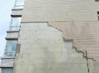 风吹雨打张店一小区墙皮掉落 险些砸中老人