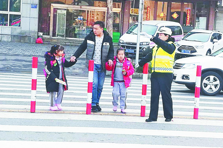 淄博高新区交警大队增设警力为学生保驾护航