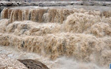 气温回暖 黄河壶口瀑布水量增大(组图)
