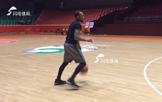 山东男篮热身赛备战 氛围轻松球员开启耍宝模式
