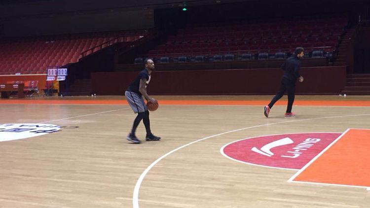 视频 | 独家直击山东男篮小外援莱恩首度与球队合练